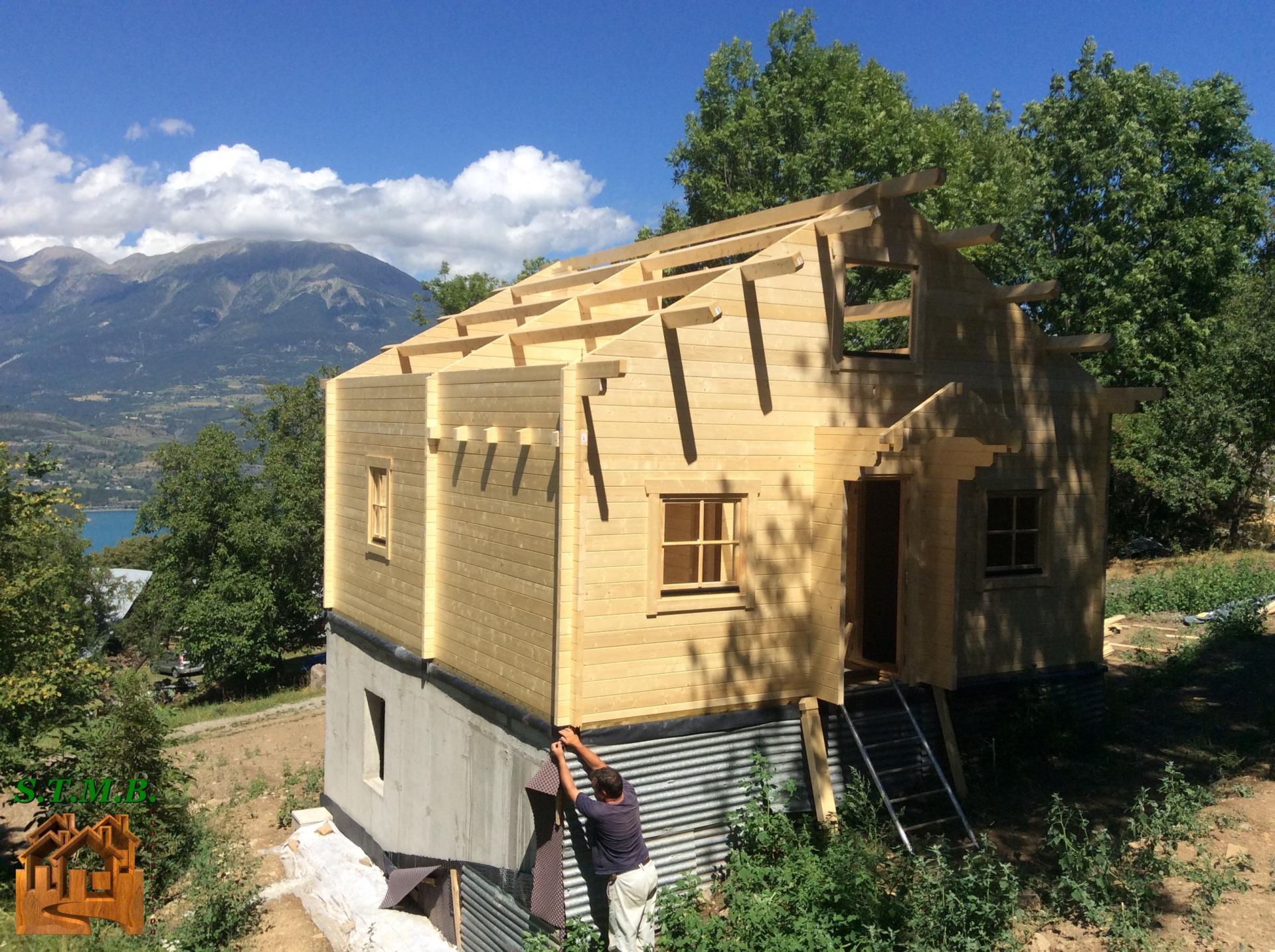 Montage chalet en bois avec mezzanine versaille 61 m stmb for Construction chalet bois 05