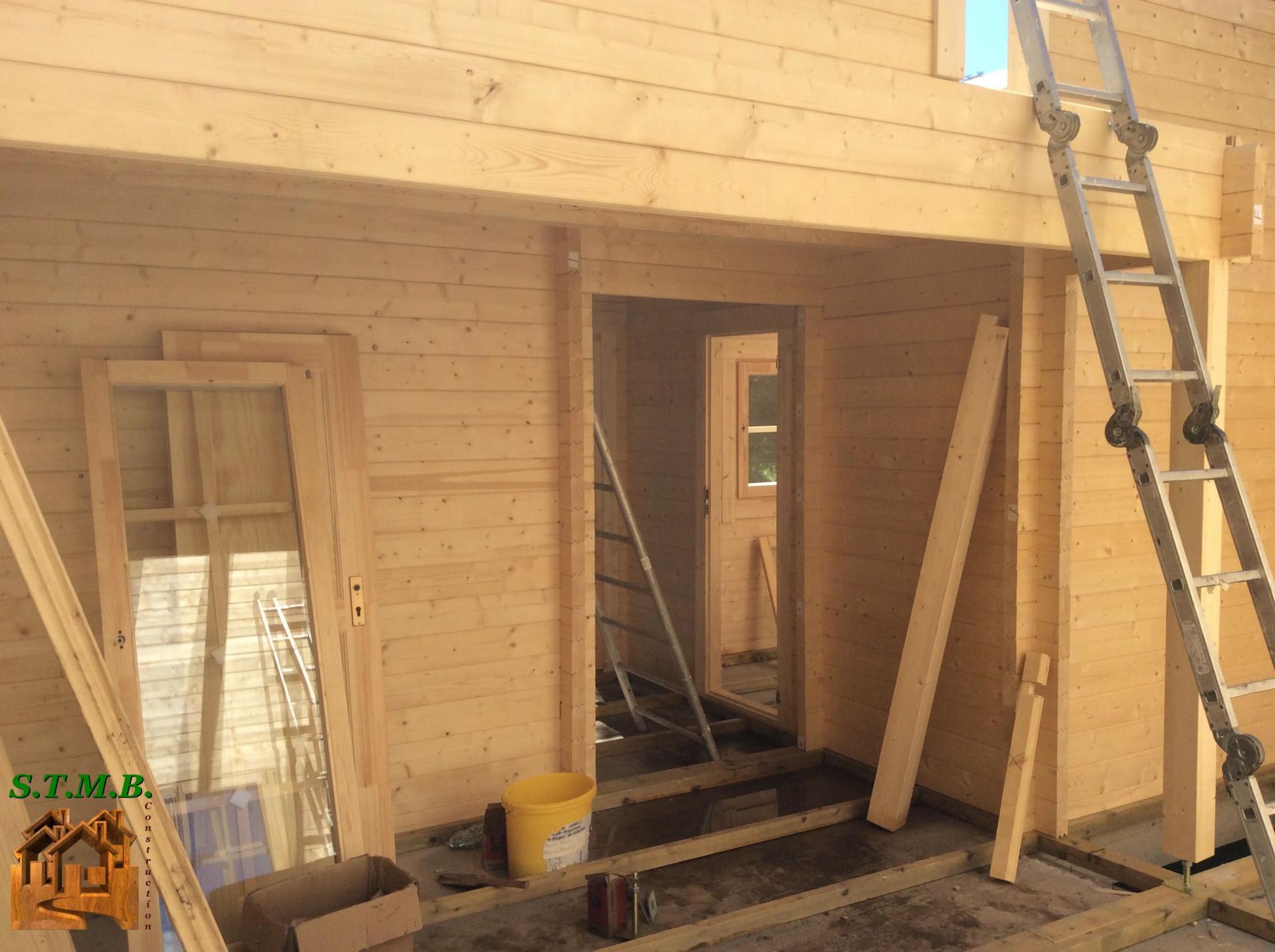 Montage chalet en bois avec mezzanine versaille 61 m stmb for Chalet en bois avec mezzanine